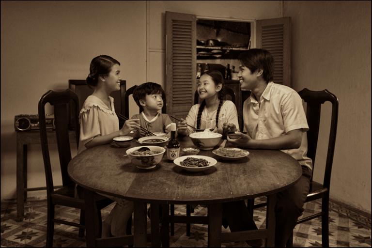Trong bữa cơm người Việt luôn tràn ngập tiếng cười - Ảnh: Internet