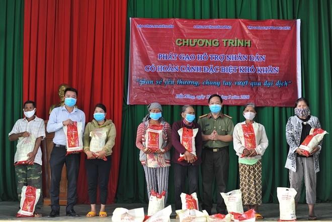 Đại diện công ty TNHH SX-TM Đại Nam và Báo CANN trao tặng gạo cho bà con